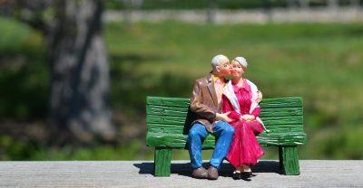 זוג בובות של מבוגרים על ספסל