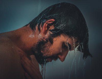 גבר מתקלח במקלחת
