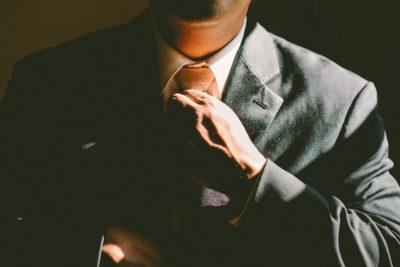 איש מחזיק עניבה